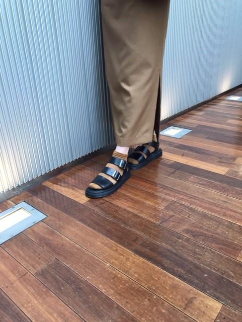 タイトスカートにDr.Martensの定番レザーサンダルを靴下合わせ☆_1_1-3