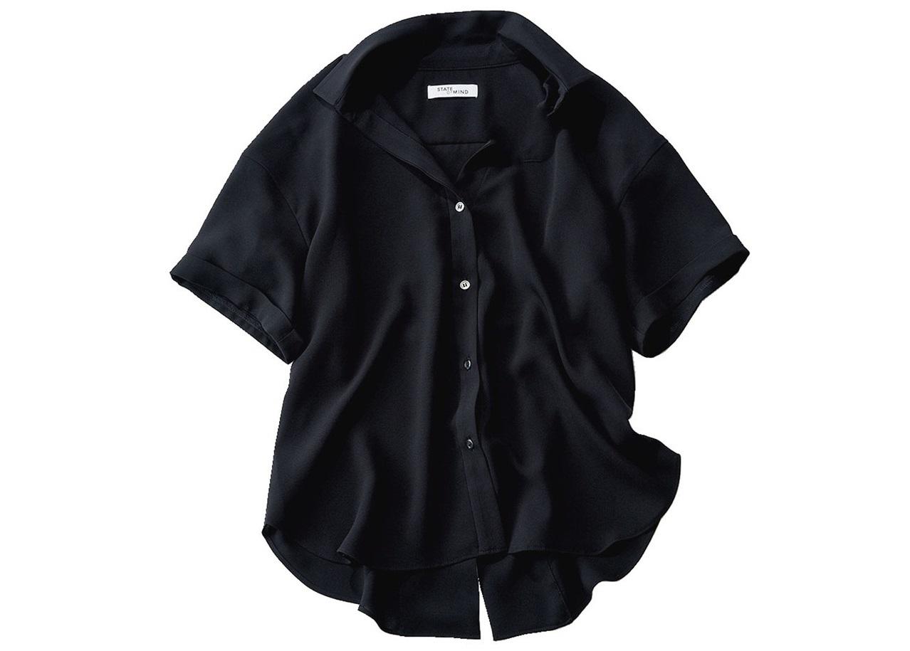 とろみ素材の黒シャツ