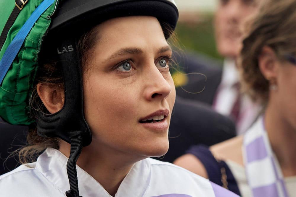 逆境の中、競馬界の栄光を目指す(C)2019 100 to 1 Films Pty Ltd