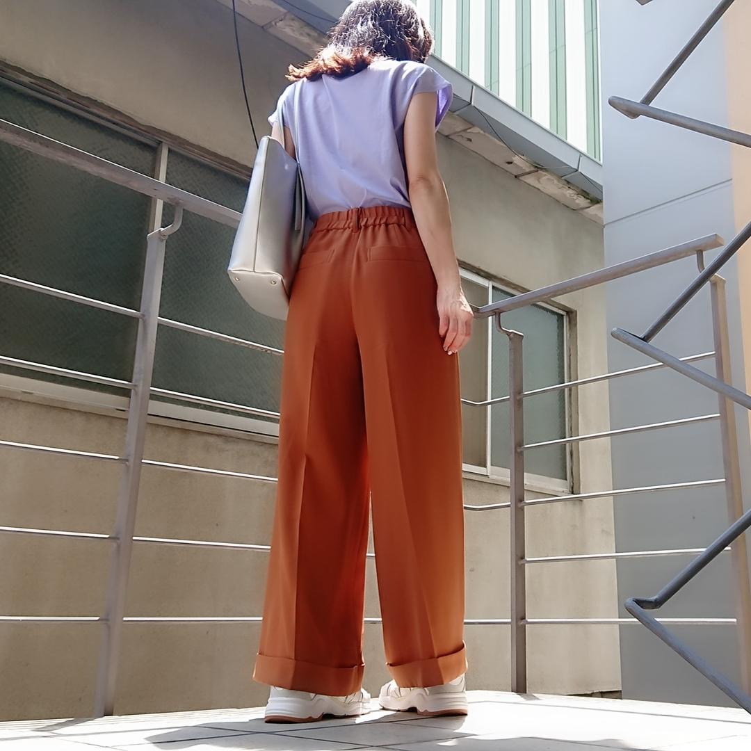 ラベンダーT-shirt  ブラウンパンツ  シルバーバッグ