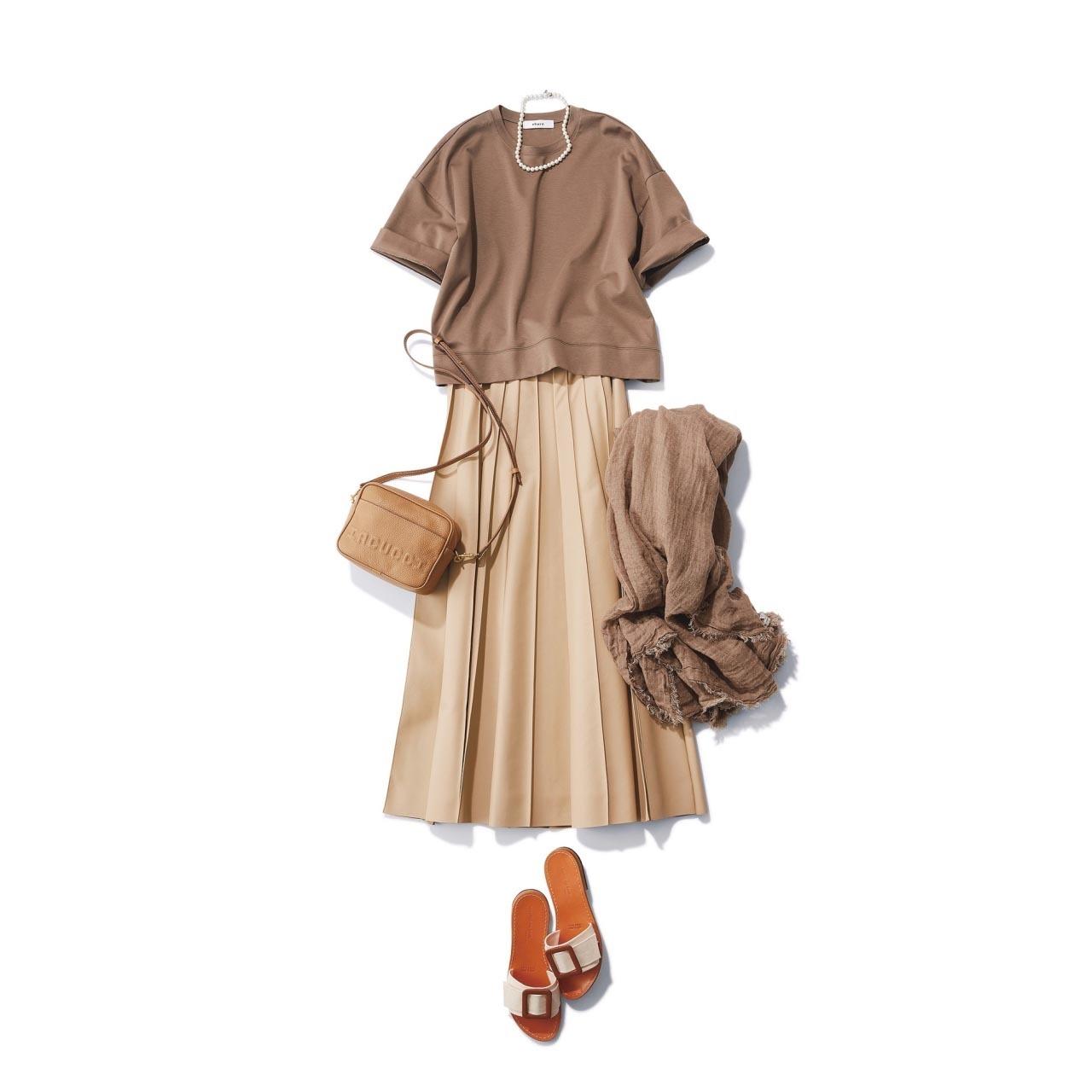 ■ライトブラウンのTシャツ×ベージュのプリーツスカートコーデ