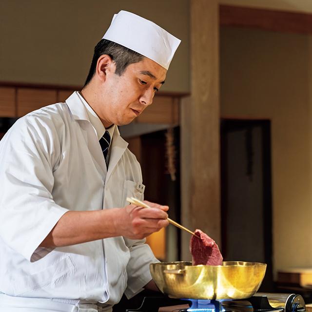 割烹の自在さを取り入れた料理をライブ感たっぷりに提供する松本進也料理長