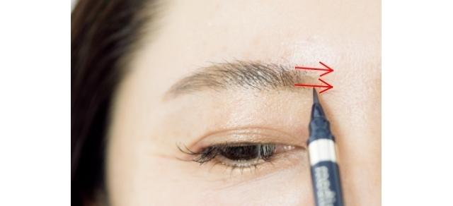 眉頭も薄いので、眉頭から眉間方向に横に滑らせながら足す。縦に描くのは濃く仕上がるのでNG。