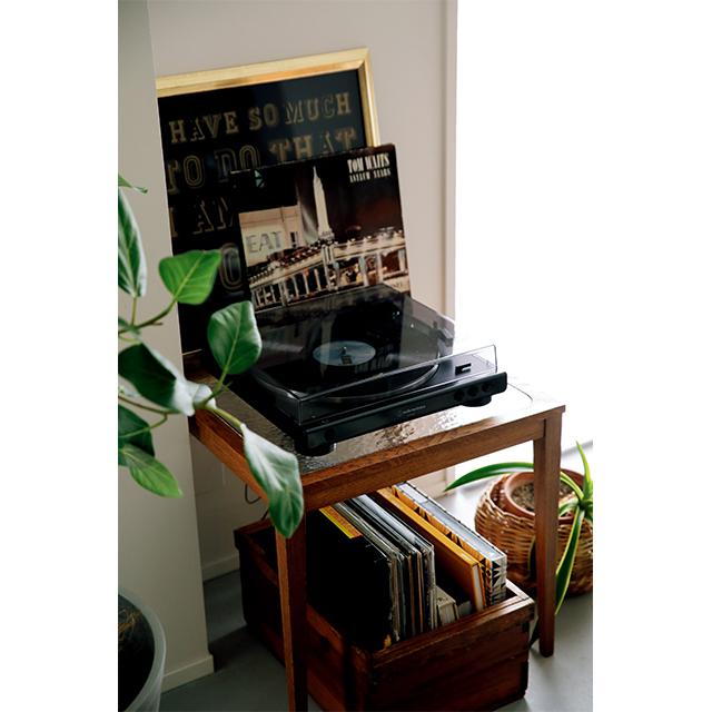 TRUCKのサイドテーブルの上にはレコードプレイヤー