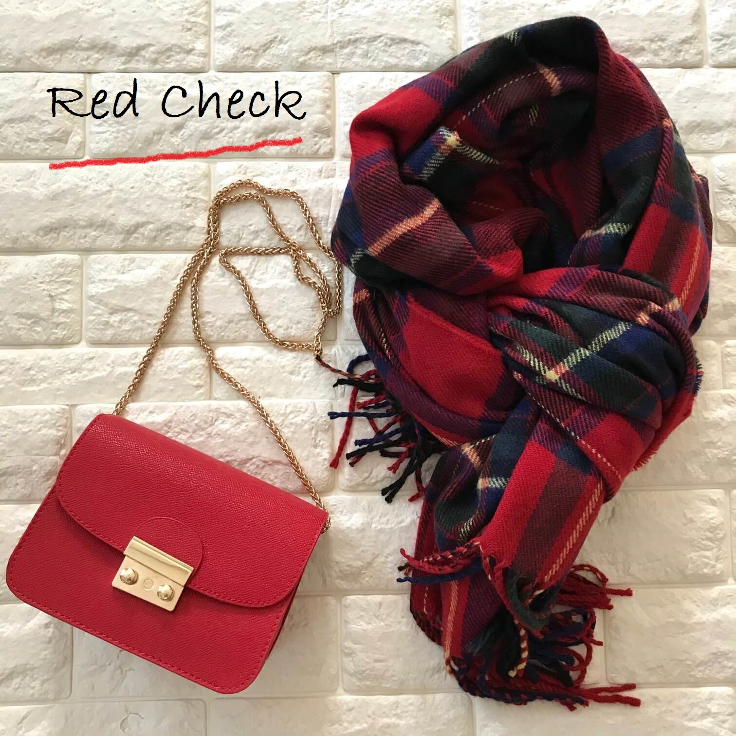 赤いチェックのストールとバッグ画像