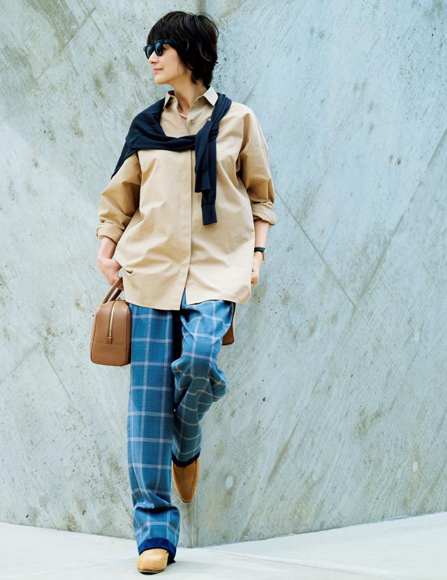 美しい配色のチェックパンツコーデの富岡佳子