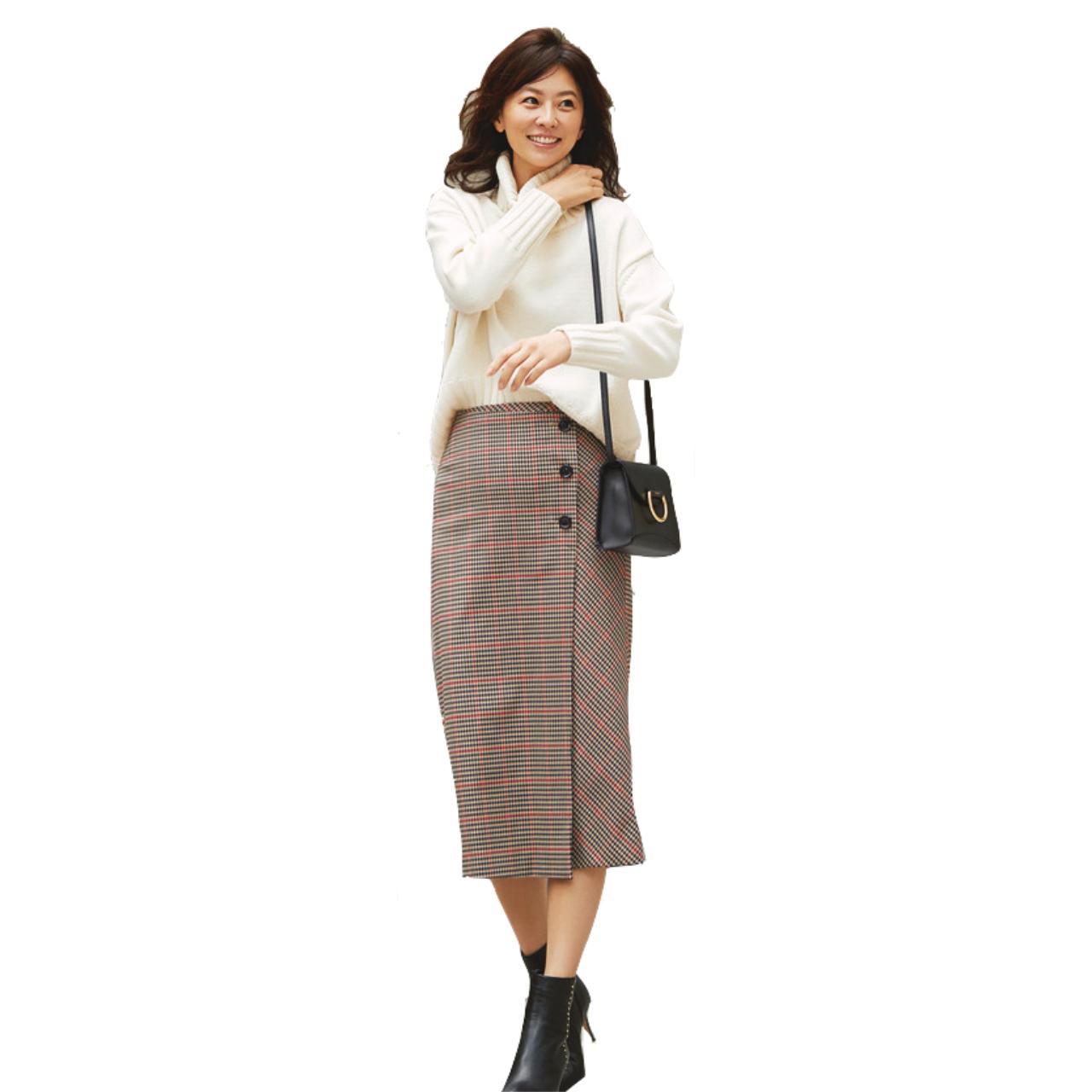 白ニット×チェック柄スカートのファッションコーデ