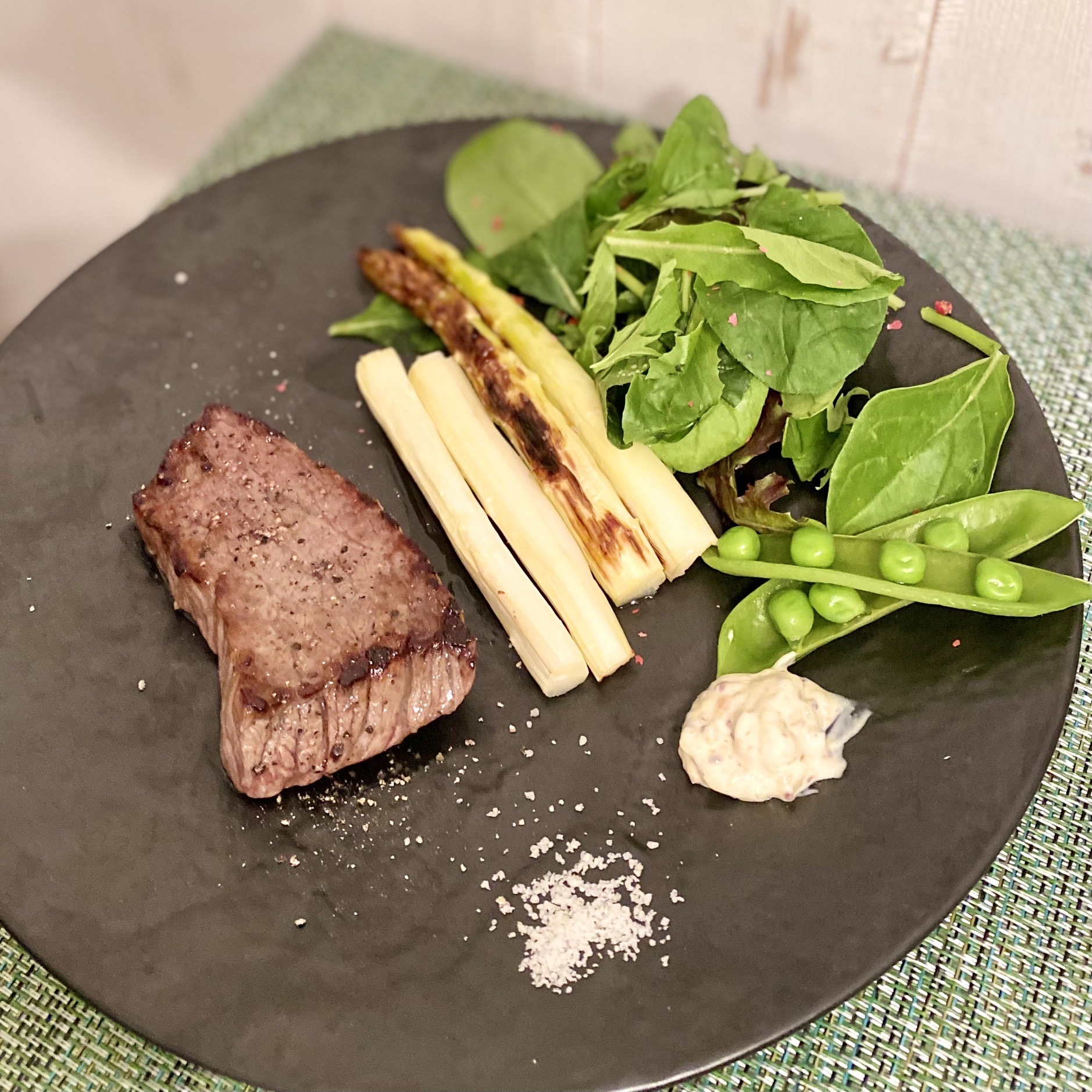 メインの牛ステーキ ホワイトアスパラのグリルを添えて