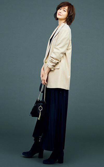 ヴィンスのテーラードジャケットコーデの富岡佳子