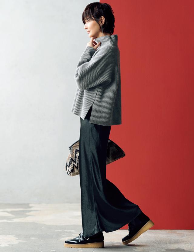シルクサテンのスカートコーデの富岡佳子