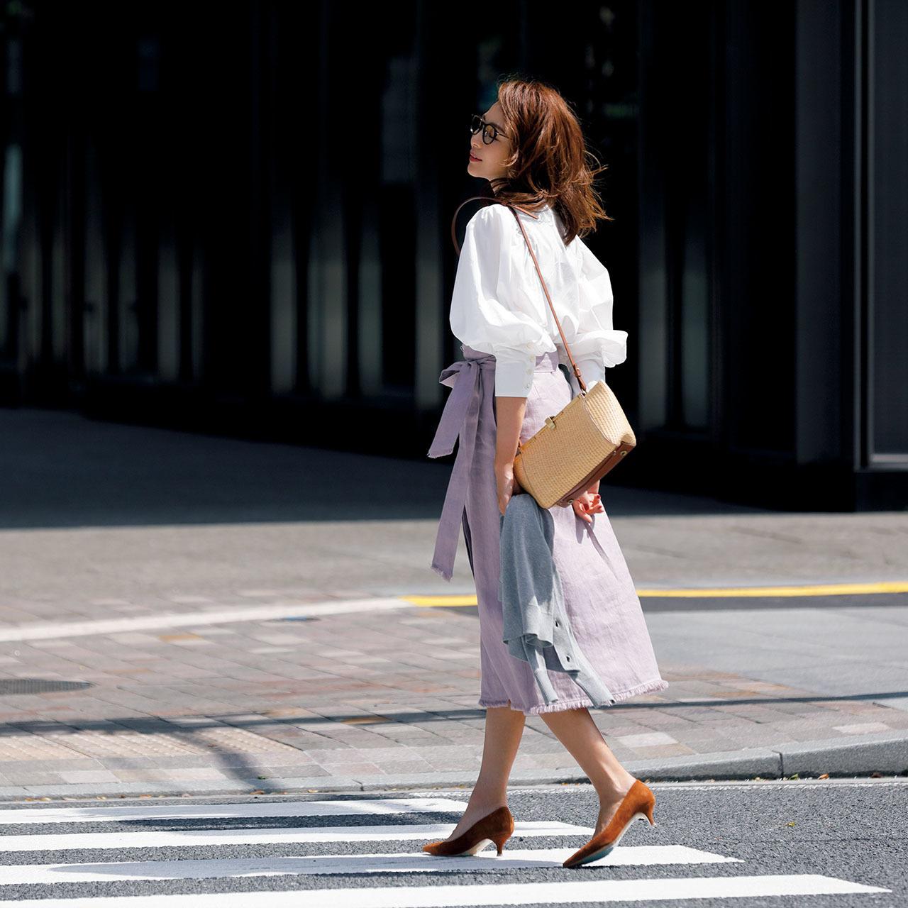 白いボリューム袖シャツ×スカートコーデ