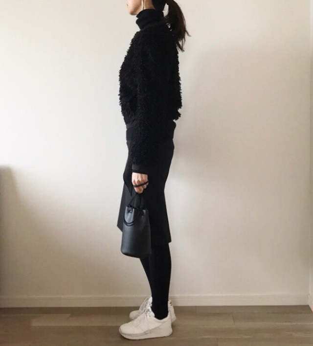 大人のオールブラック×白スニーカーコーデ【40代のハイ&ローmixコーデ】_1_3