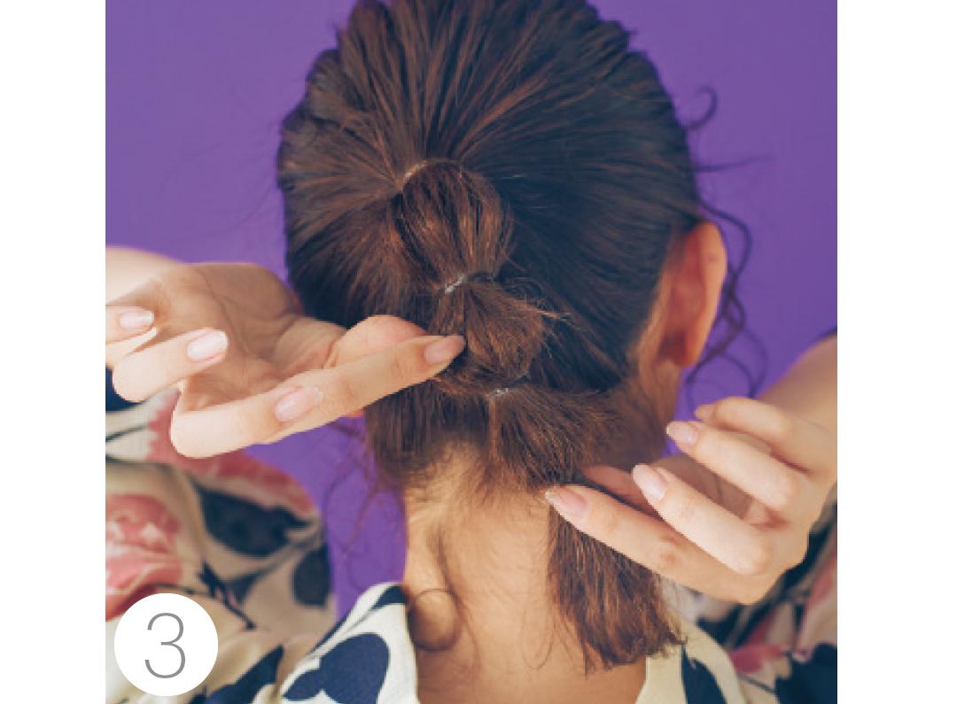 最後にバランスを見て、再度髪を引き出し全体が同じ大きさになるように調整。顔回りの髪はヘアアイロンで巻いて動きをつけて。