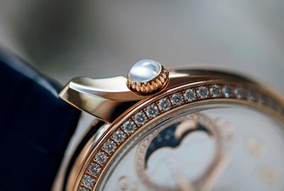 2時位置に大胆にあしらわれたリュウズには、カボションカットのムーンストーンまたはローズカットのダイヤモンドをセット。月の光を宿したような優しい光沢を持つムーンストーンは、フェミニティを象徴する神秘的な石。心のバランスを整える「癒しの石」ともいわれる。