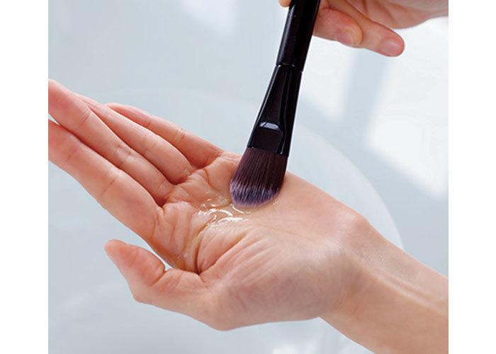 化繊ブラシの正しい洗い方 Step 1. 全体を洗う