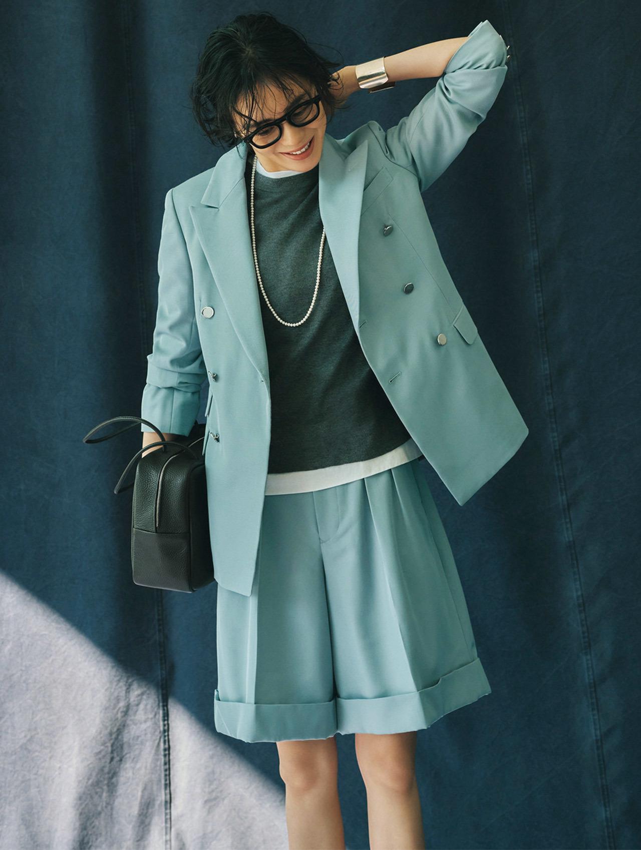 SCYE BASICSのくすみブルーのジャケットとハーフパンツのセットアップ