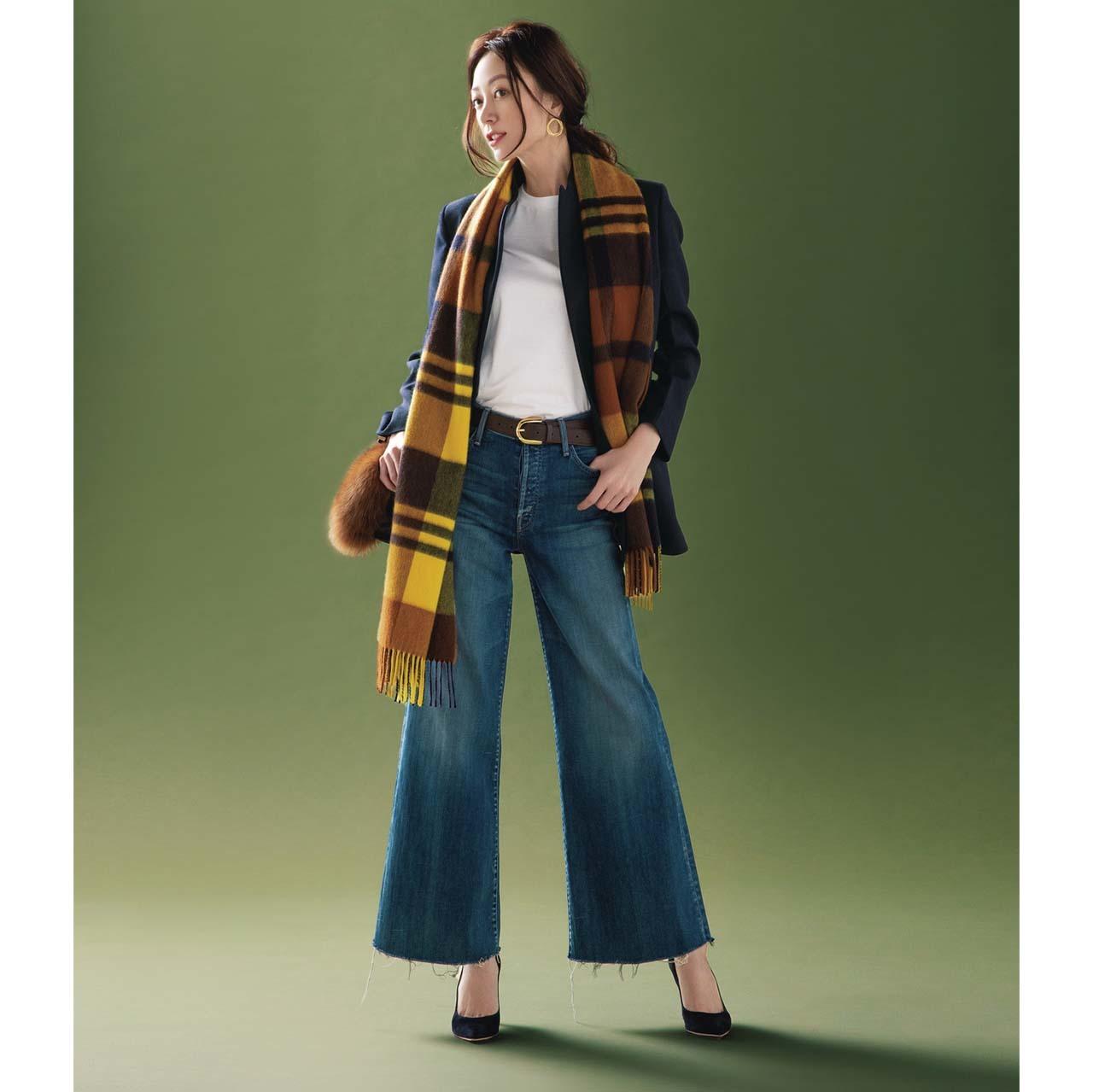 ジャケット×白Tシャツ×デニムパンツコーデを着たモデルの内田ナナさん