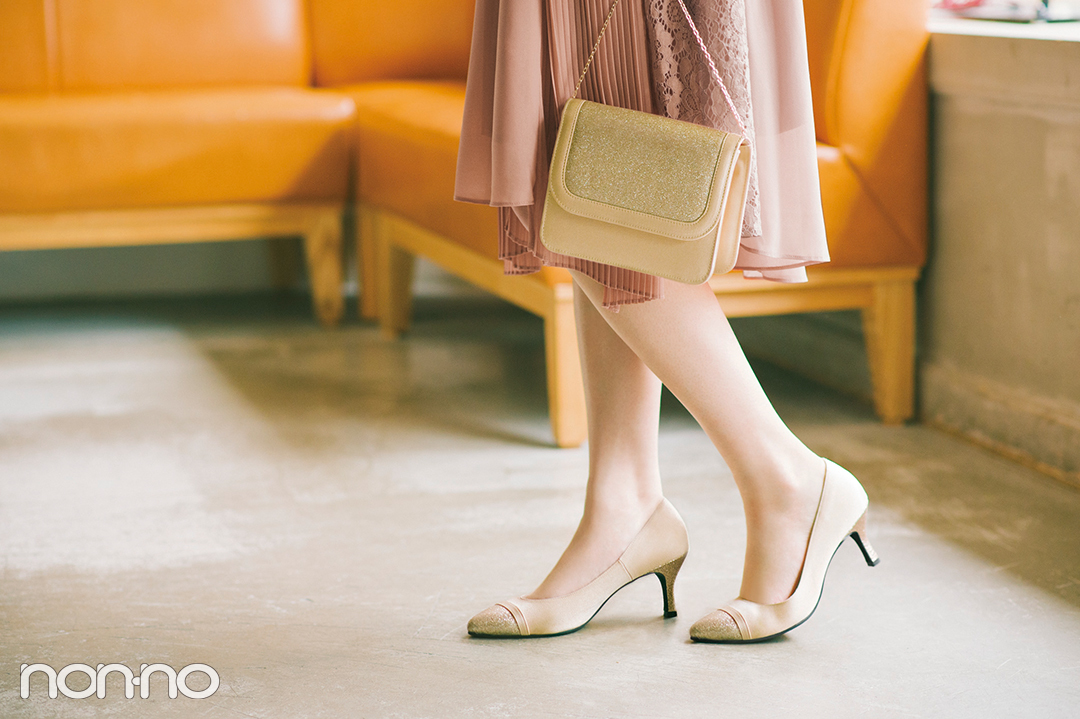 グリッターの輝きがアクセントになった靴とバッグ
