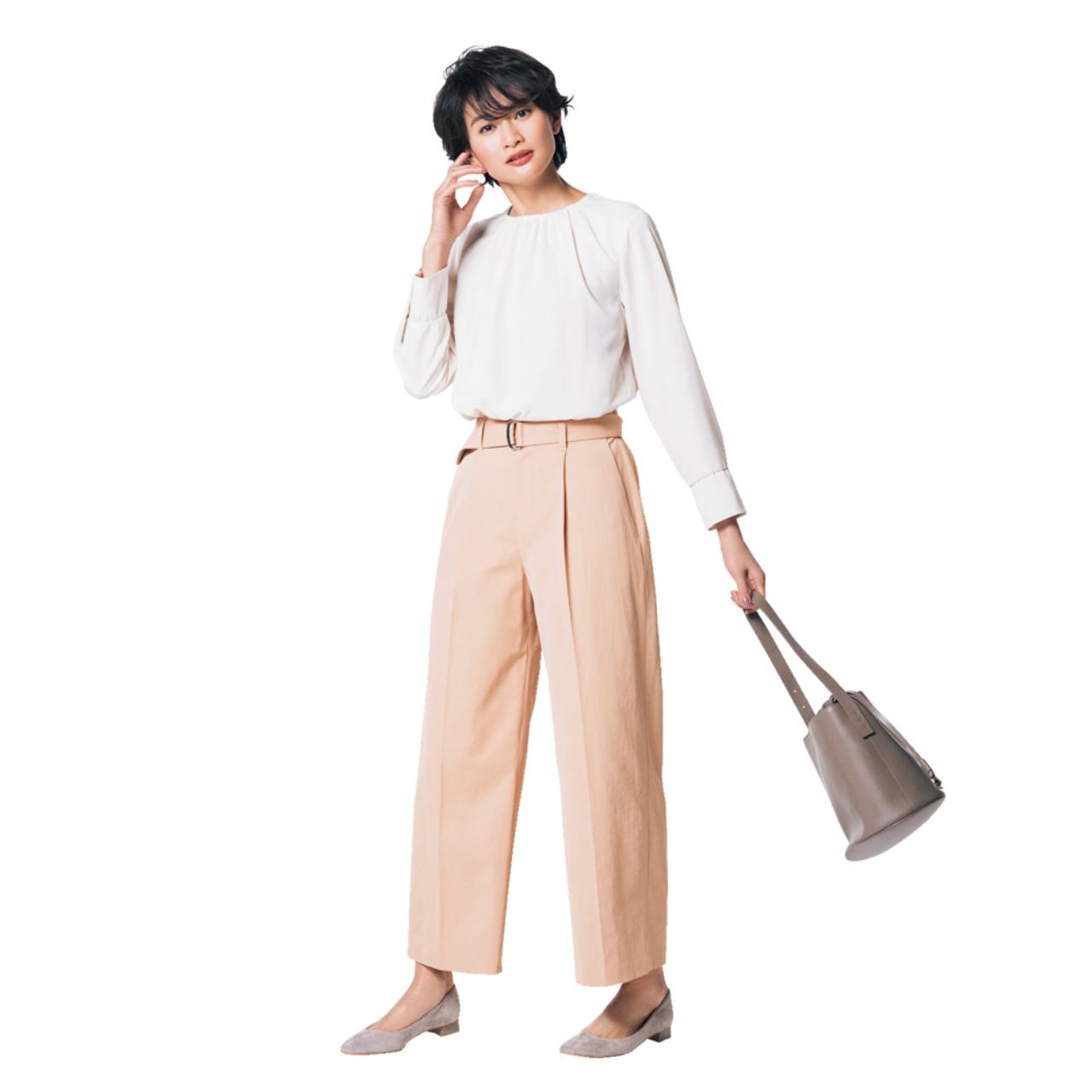 ピンクパンツ×白ブラウスのファッションコーデ