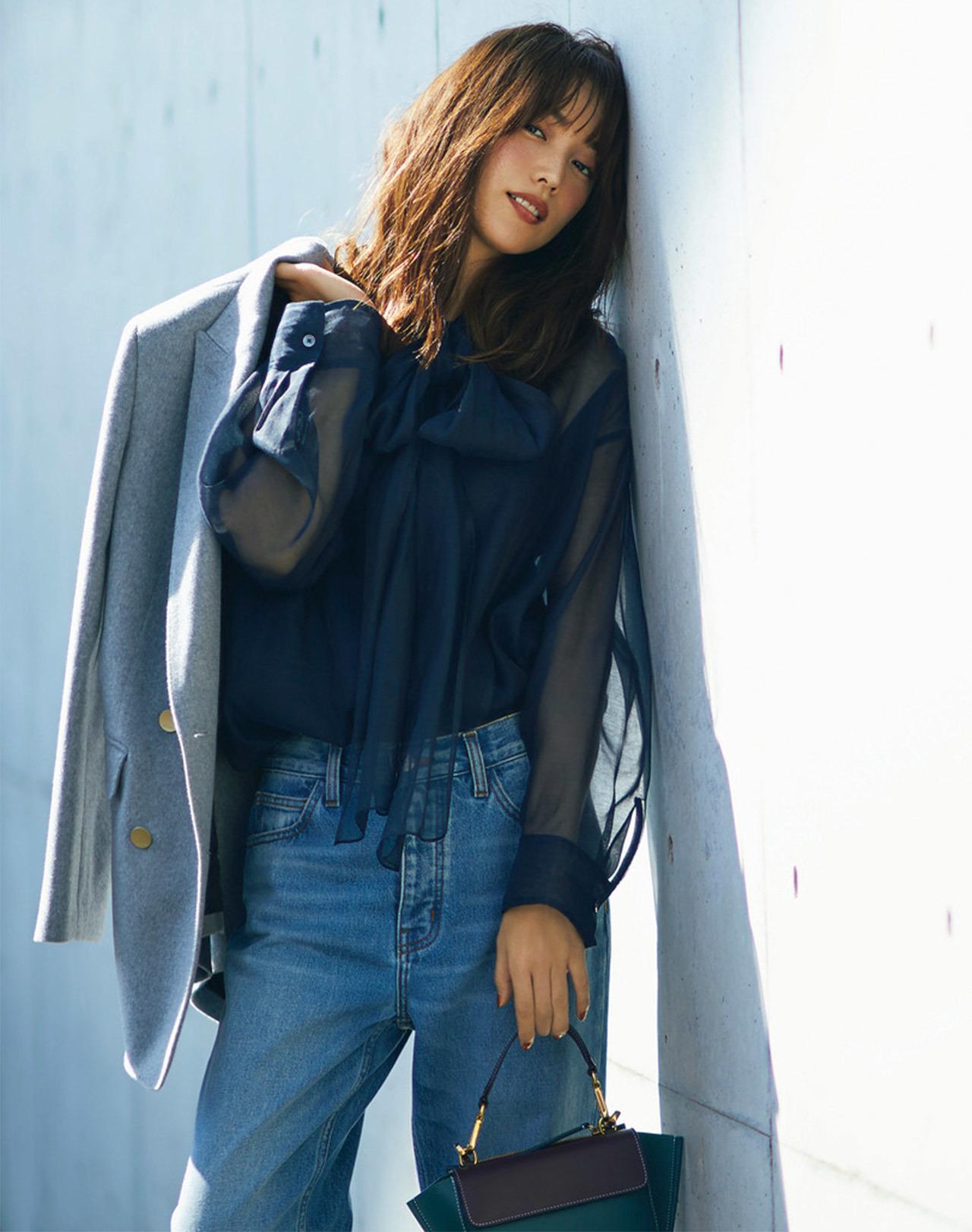 ■ジャケット×透け感ブラウス×デニムパンツのはおりコーデ