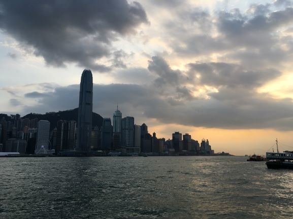 夕方、フェリーから香港島を臨む