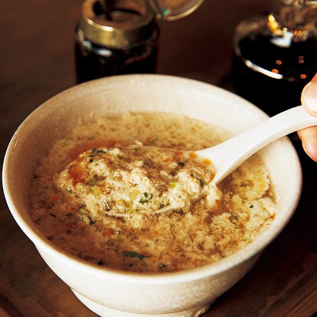 食べるときに黒酢を加えると豆乳が分離しておぼろ豆腐のようになり、独特の食感が楽しめる。