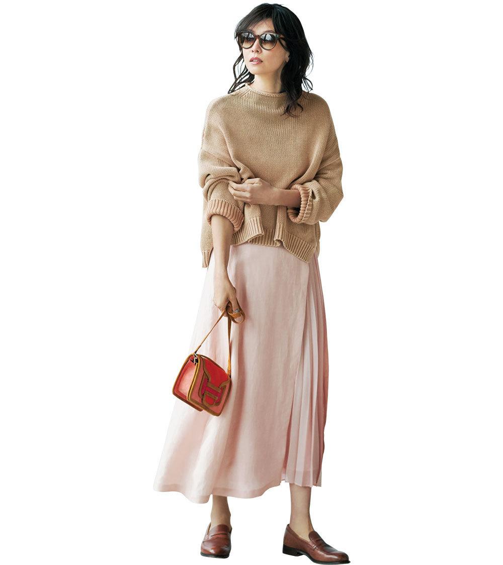 ピンクスカート×ブラウンのざっくりニットのファッションコーデ