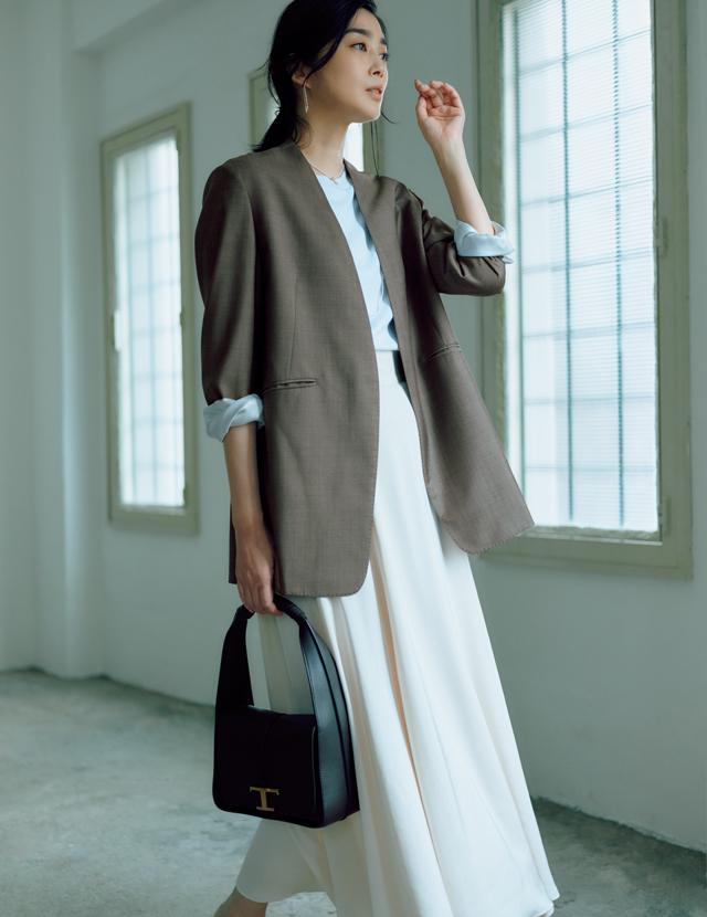 淡いトーン+マニッシュなジャケットのミックス感で、おしゃれ印象を刷新!