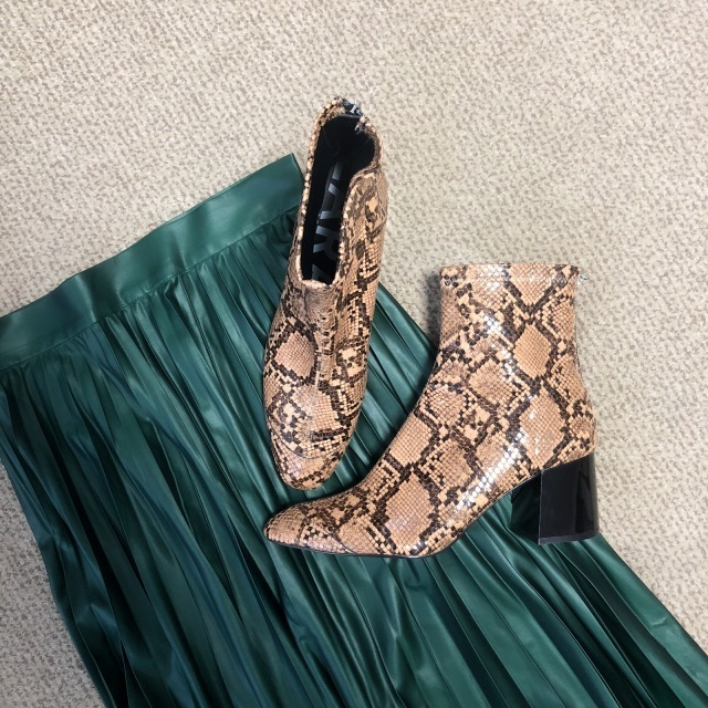 ファッション ZARAのパイソーンブーツとレザー風プリーツスカート