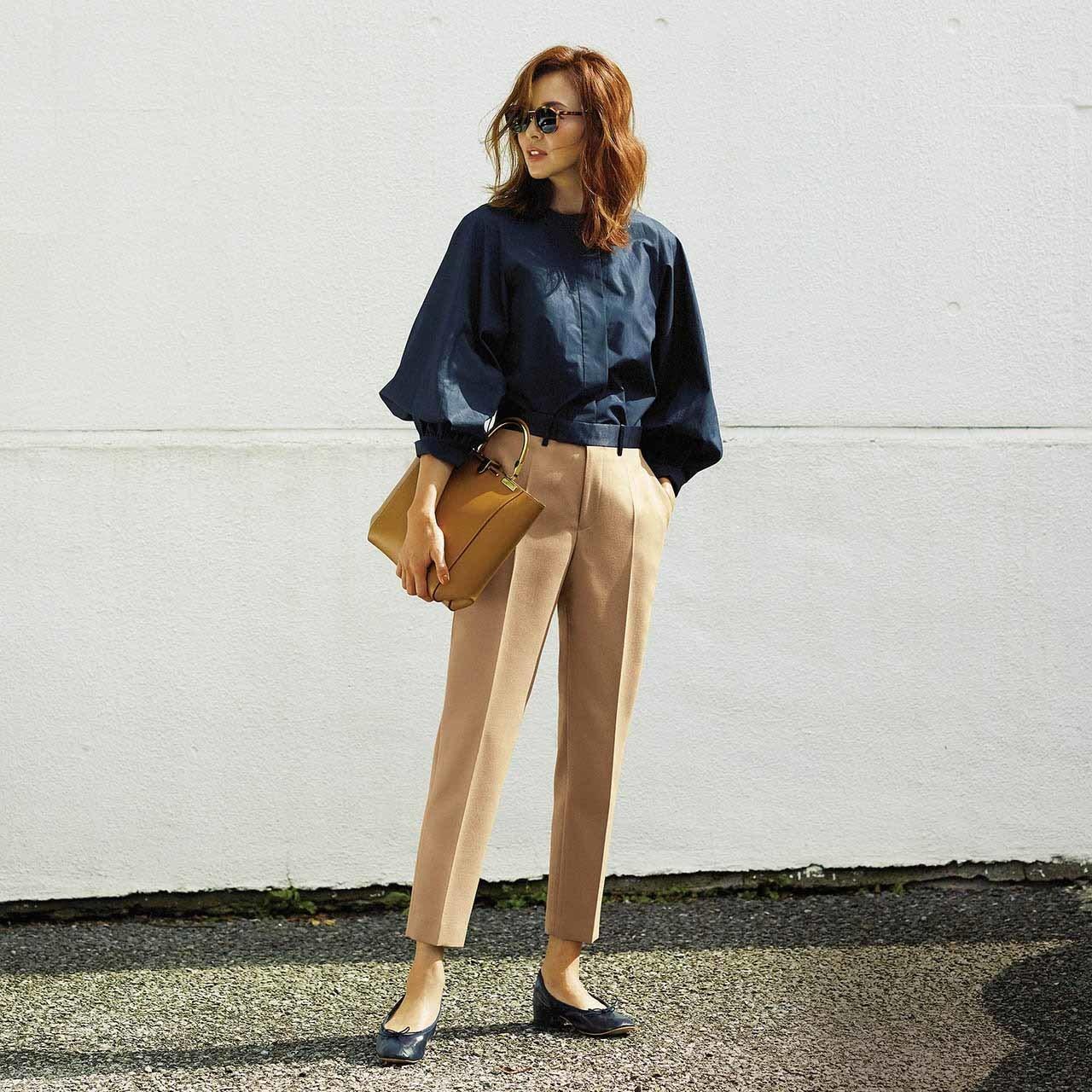 ボリュームブラウス×細身パンツのファッションコーデ