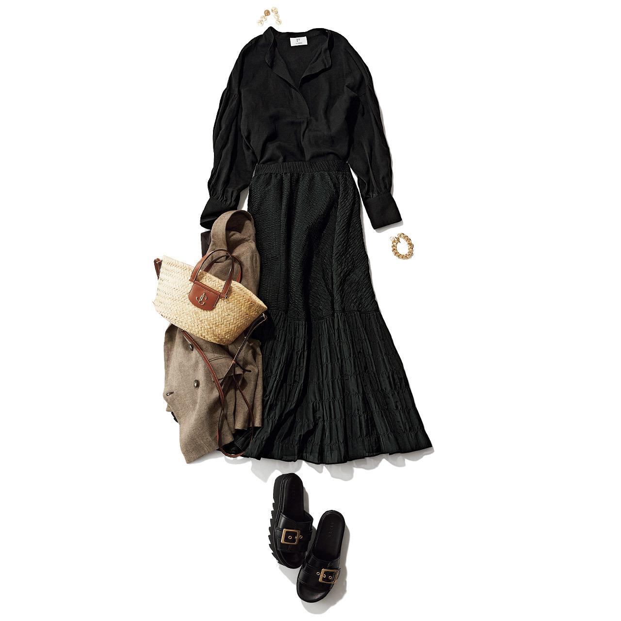 黒ブラウス×黒のティアードスカートコーデ