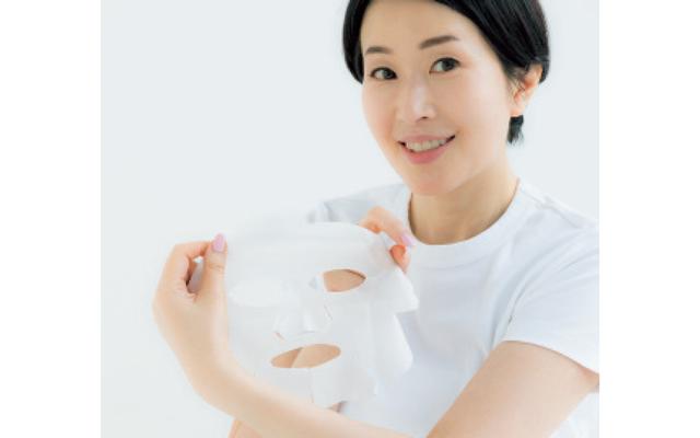 マスクをクルッと裏返しにして、乳液が塗ってある面を顔にはり、さらに10分
