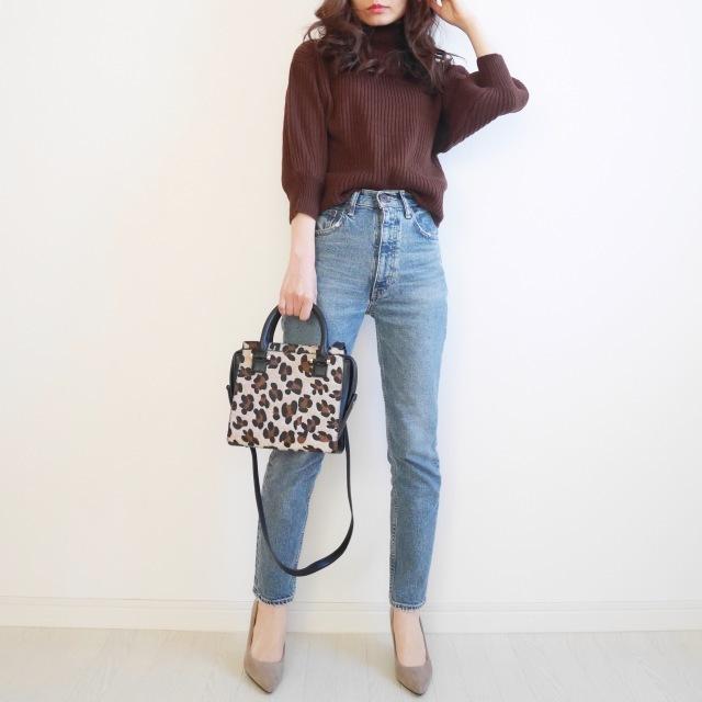 ブラウンニット×デニムパンツのファッションコーデ