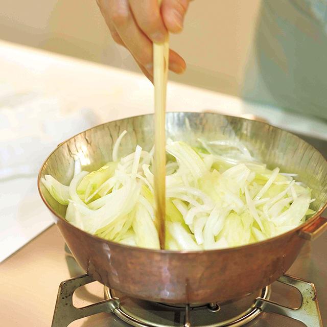 【ポイント】  おいしく仕上げるコツは、香味野菜(玉ねぎとセロリ)を最初に炒める