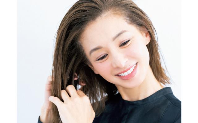 ヘアミルクやヘアオイルなど髪質に合うスタイリング剤を、髪の毛先からトップへ