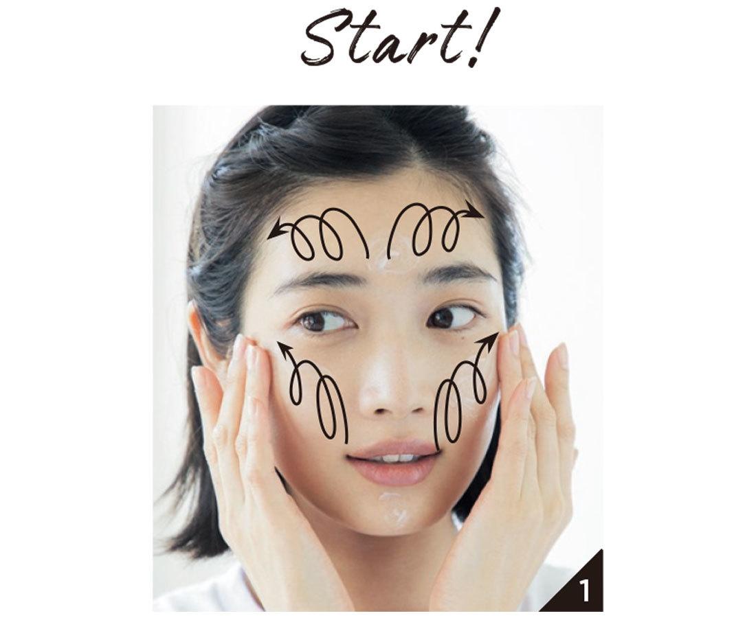 下地を適量とり、顔の内から外に向かって大きならせんを描くように塗り広げていく