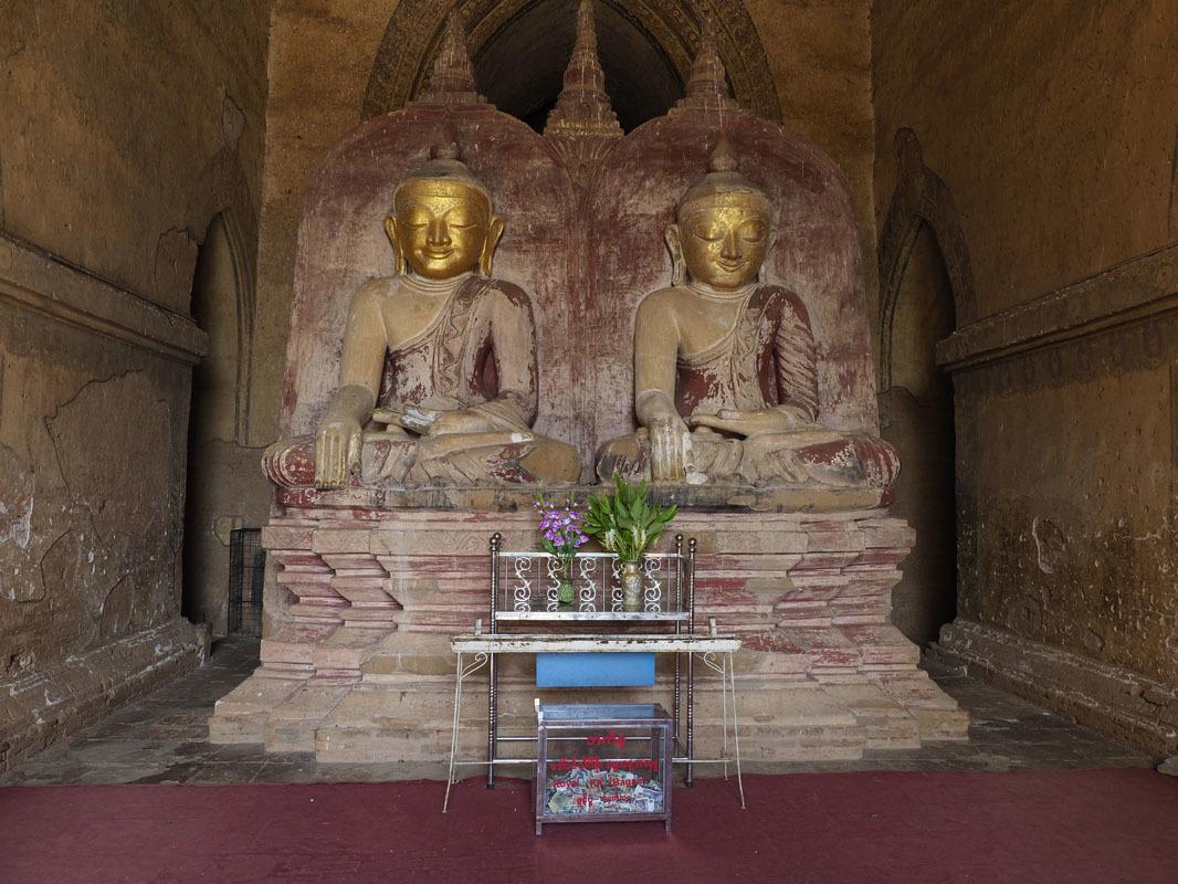 """ダマヤンチ""""ーパゴダの仏陀座像。外周回廊の入り口にそれぞれ安置されている。"""