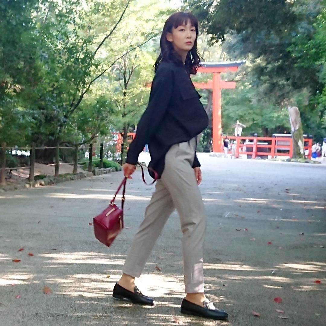 黒いブラウス  グレーパンツ  赤いバッグ