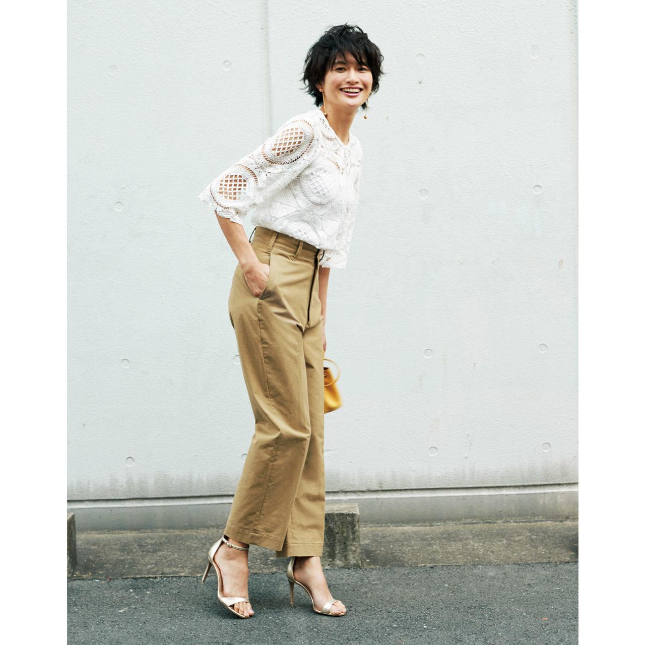 ベージュチノパンツ×レースブラウスのファッションコーデ