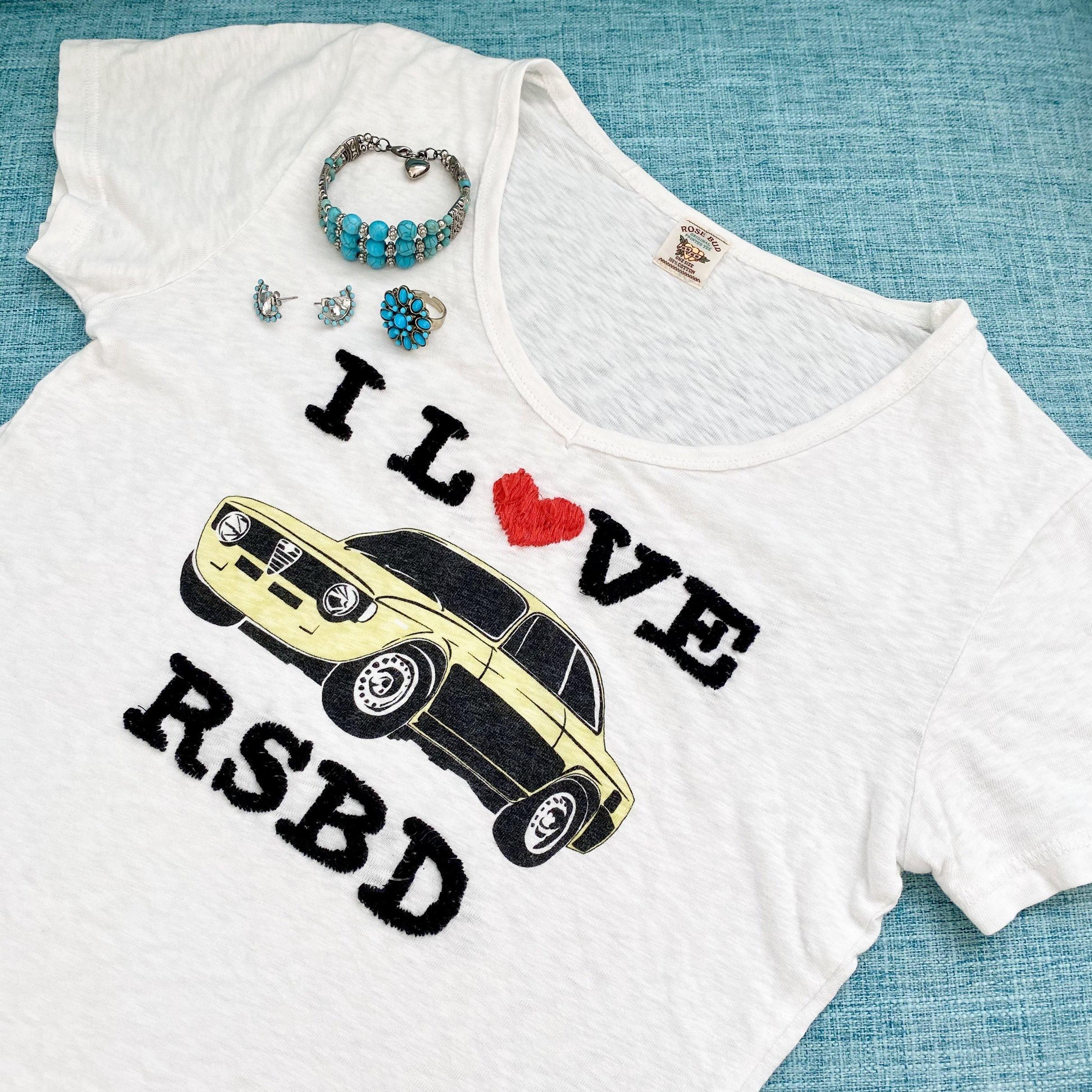 白Tシャツとターコイズアクセサリー