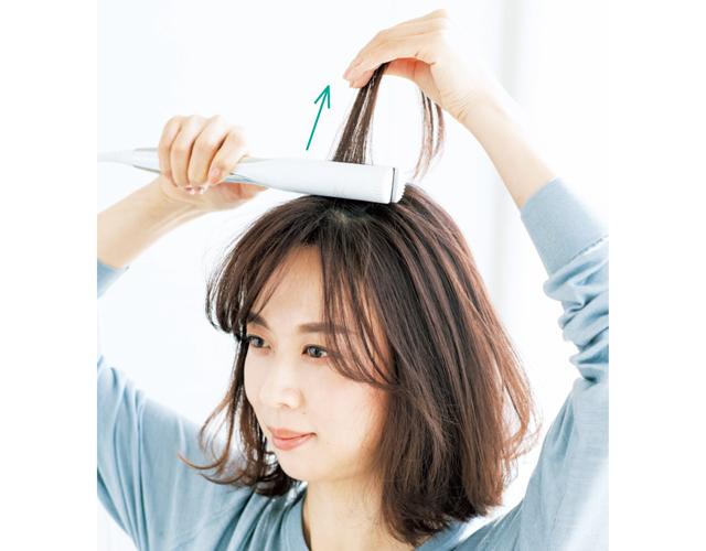 《1》前髪すぐ上の頭頂部の髪をはさむ