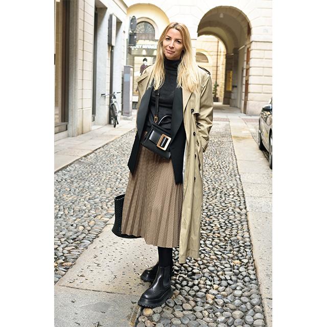 ザラのプリーツスカートが歩くたびにチェック柄を印象づける