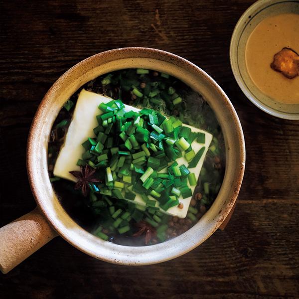 花椒と八角で辛味と香りをプラス! 豆腐とニラのスパイス湯豆腐【絶品鍋レシピ28days】_1_1