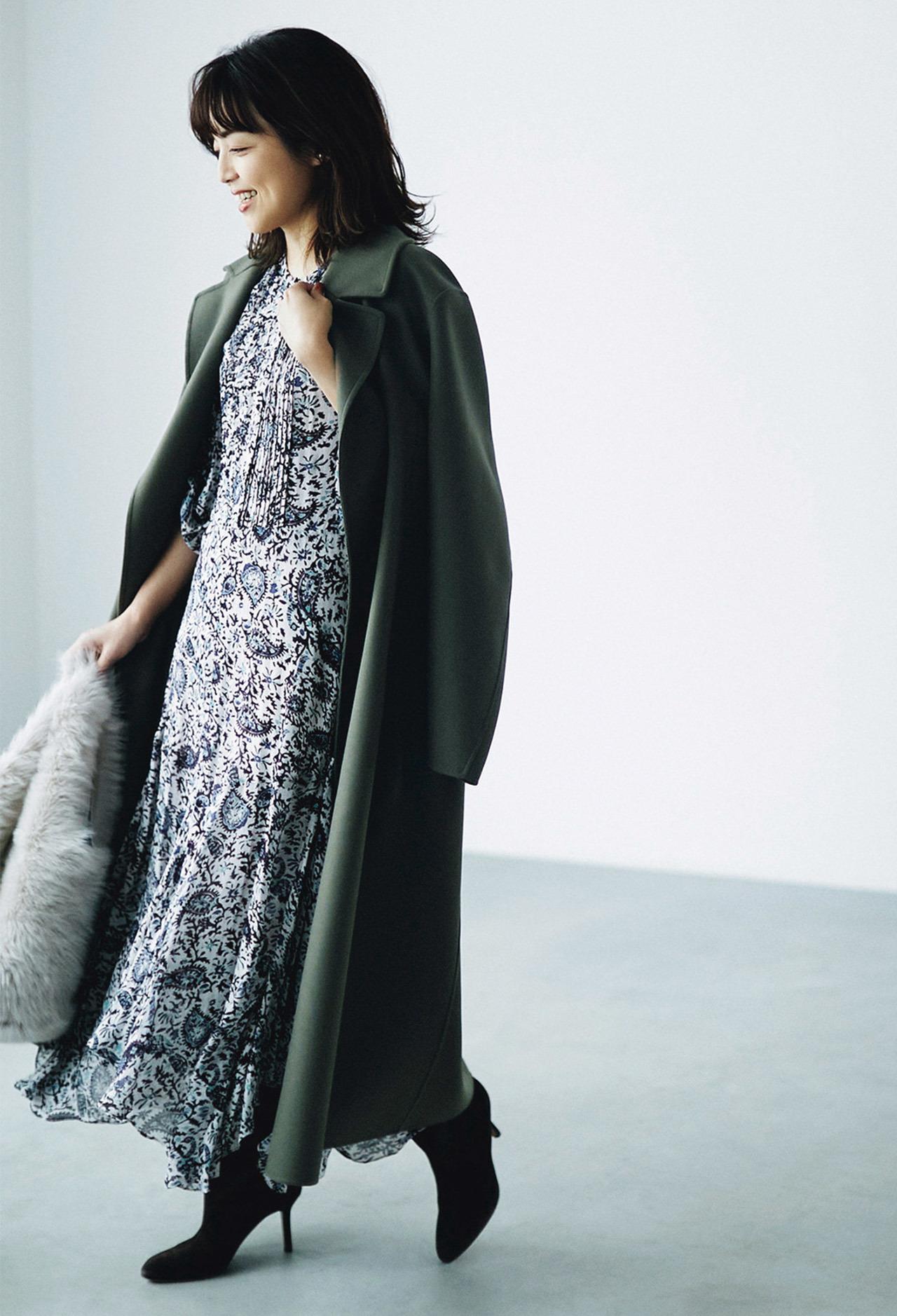 ISABEL MARANT ÉTOILEのプリントワンピースと Anita Bilardiのファーバッグを着用