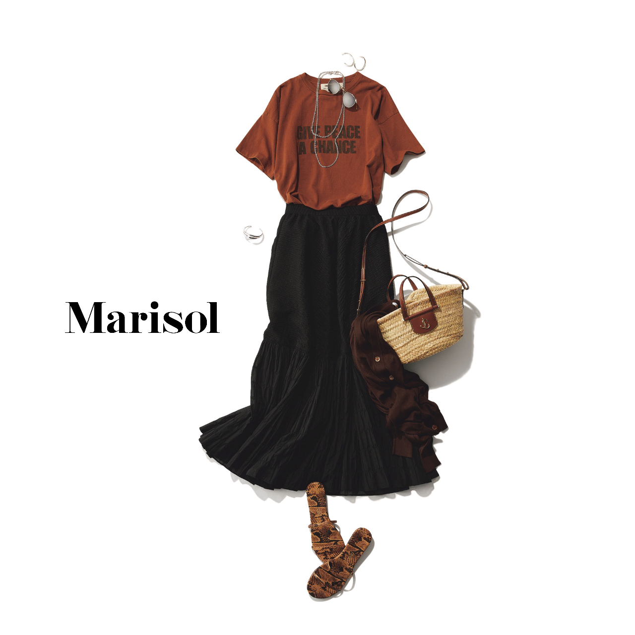 40代ファッション  Tシャツ×黒スカート×サンダルコーデ