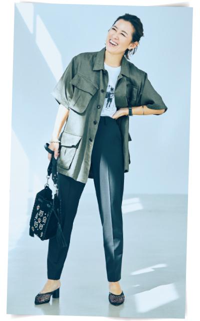 サファリジャケットで逆三角形のシルエットをイメージした着こなしの大草直子