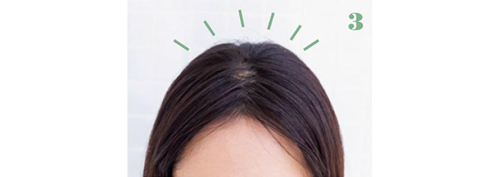 3.髪が分け目の上で細かく分かれ、頭皮が髪でカバーされる。まとめ髪にも使えるワザ!