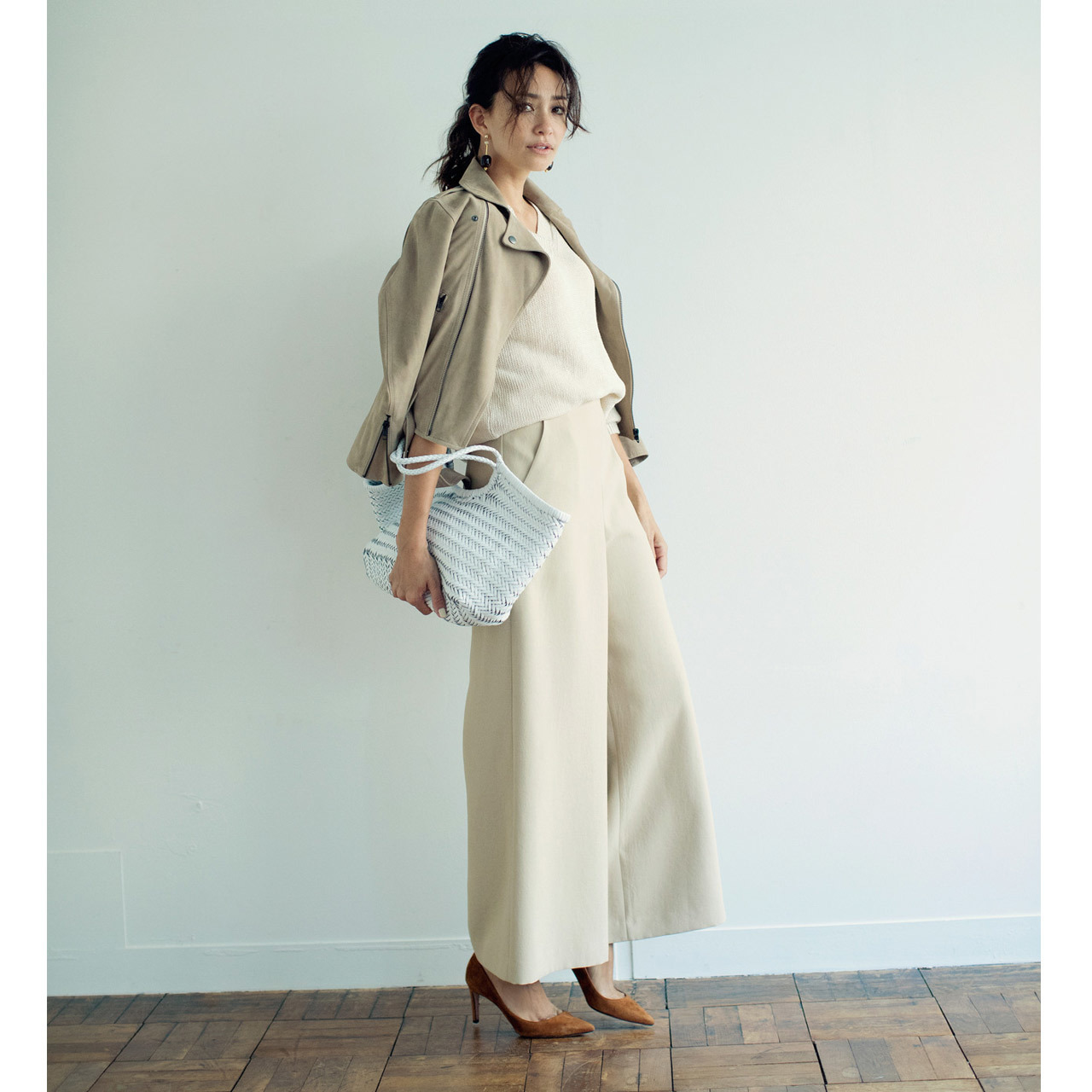 ベージュのライダースブルゾン×ベージュパンツのファッションコーデ