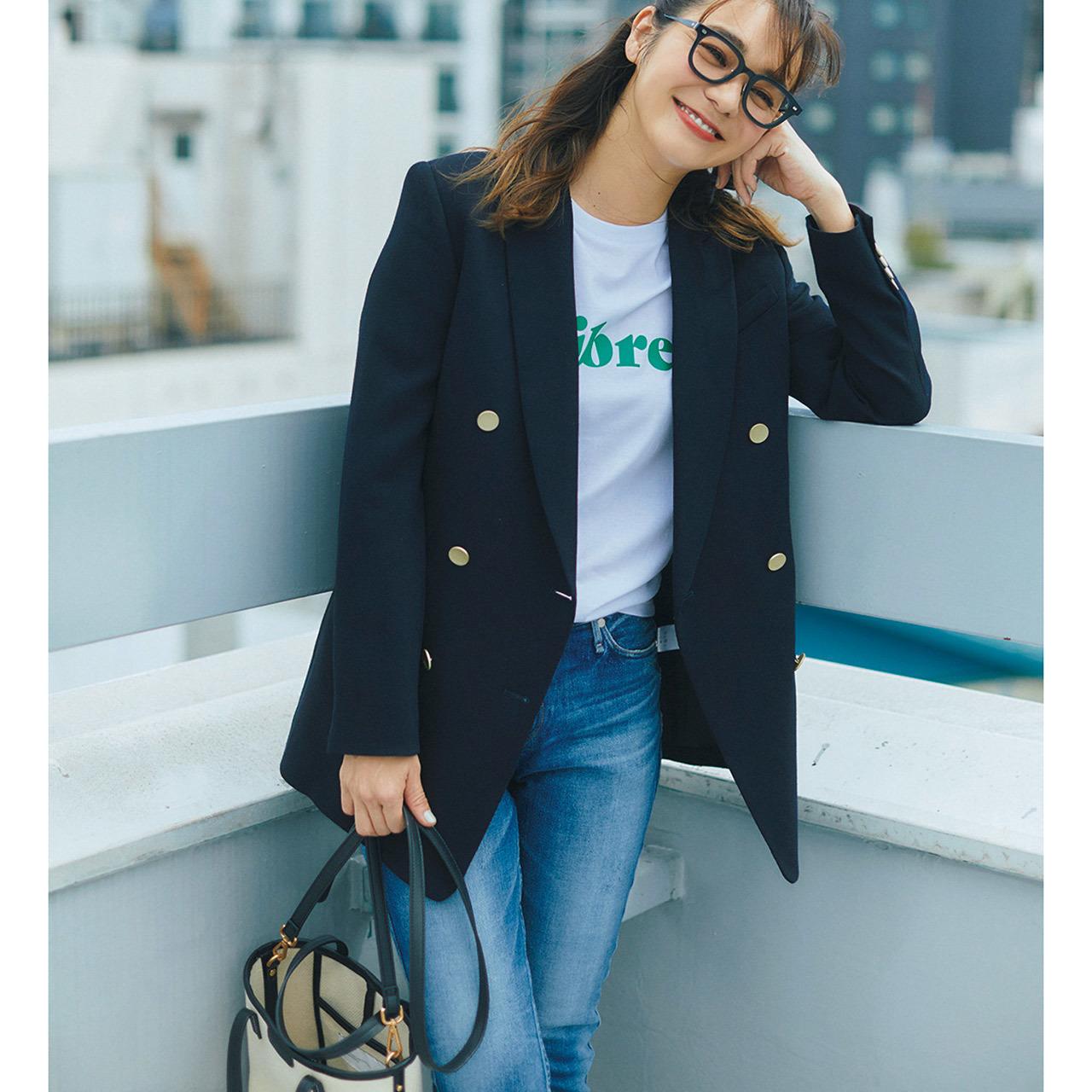 ロゴTシャツ×ジャケット×デニムパンツコーデを着たモデルの竹下玲奈さん