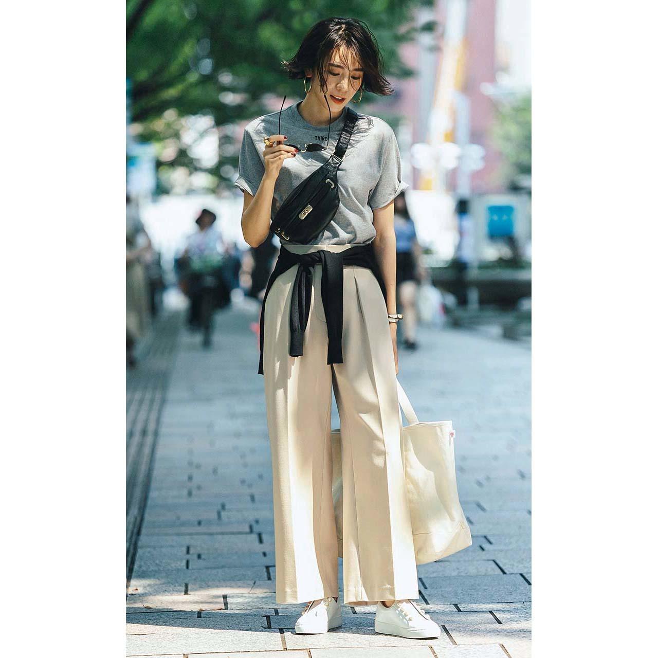 プラステの機能派パンツ×Tシャツコーデを着たモデルの竹内友梨さん